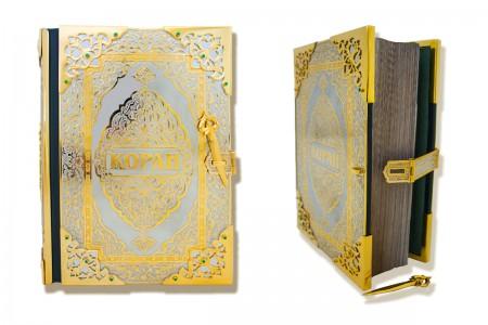 Украшенный Златоустовской гравюрой Коран.